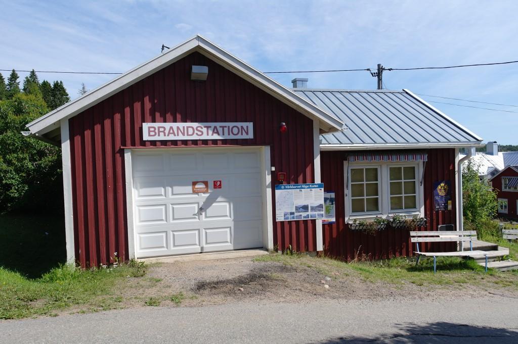 Världens minsta brandstation på Uvön (det är turistbyrå samt toalett i högra delen)